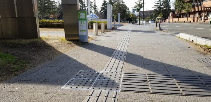 (敷設例) 金沢21世紀美術館市役所口側歩道