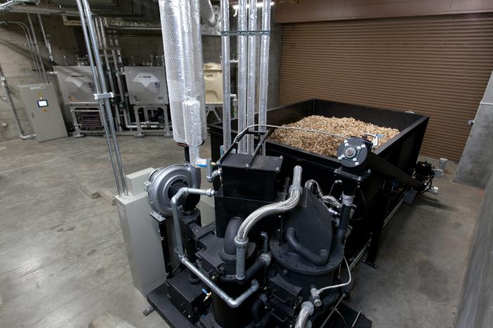 バイオマス発電装置。地元産の木材チップを使用