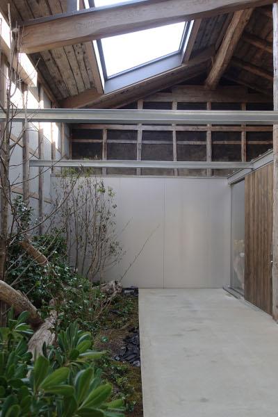 建物のエントランス。建物の中に突然現れる庭園。屋根にはぽっかり穴が開いていて、空が様々な表情を見せる