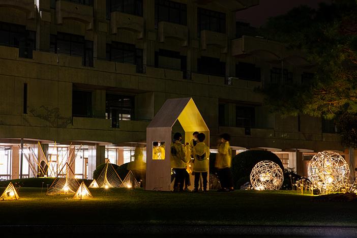 川﨑研によるあかりの演出。三角屋根のオブジェは、くつろぎながら楽しめる場を提供する、ストリートファニチャー