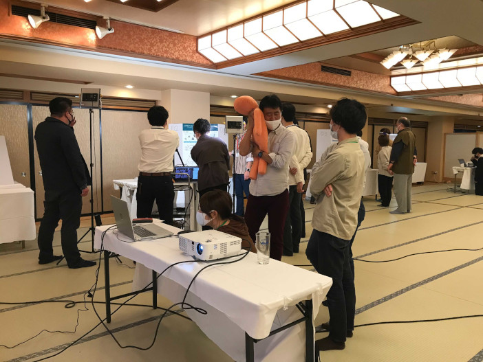審査の様子。抱き枕は静岡の会場に送付。心拍と体温は扇が丘キャンパスの研究室からインターネット経由で送られた