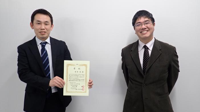 受賞した保倉篤さん(左)と宮里心一教授