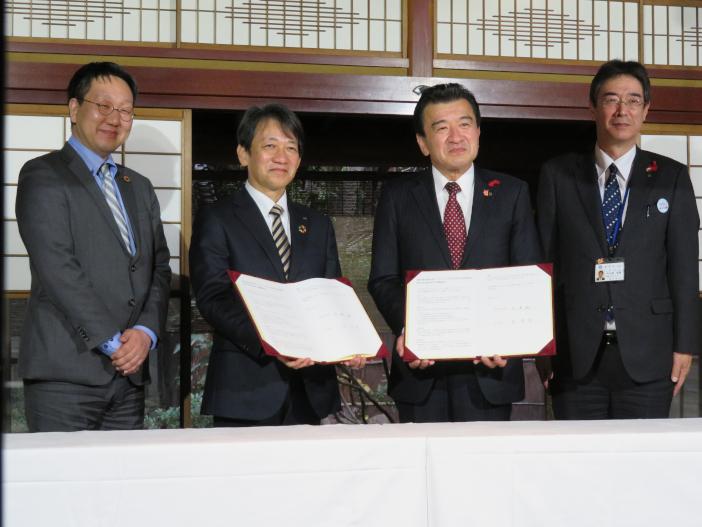 連携協定に調印した大澤敏学長(左から2人め)と粟貴章野々市市長(右から2人め)