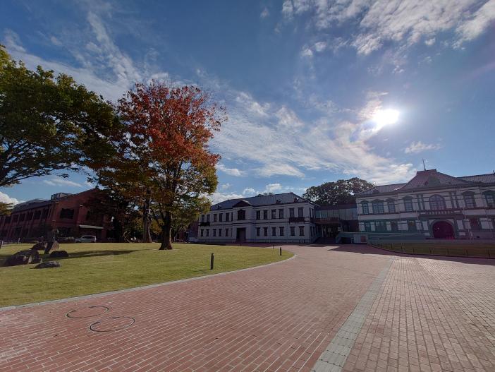 今回は新たに、金沢の新しい観光名所として注目されている国立工芸館や、石川県立美術館、石川県立能楽堂周辺にもコード化点字ブロックを敷設した(写真は国立工芸館前広場)