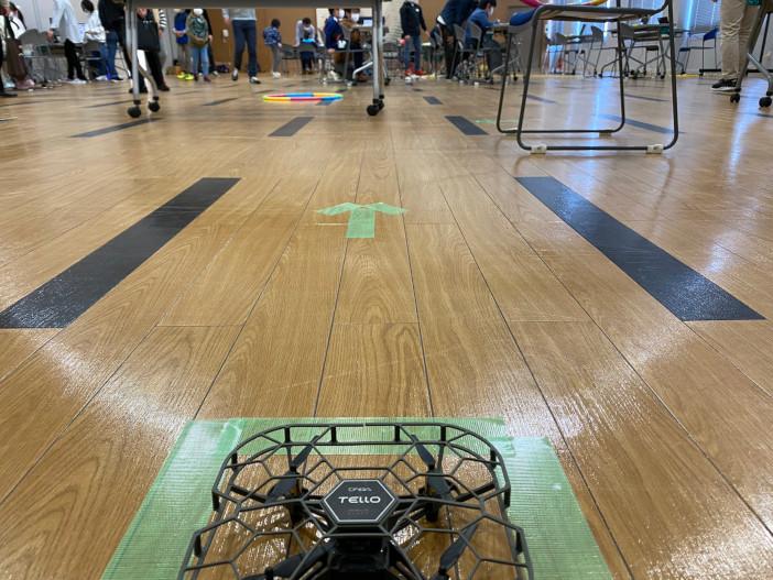 金沢市主催の「金沢市キッズプログラミングスクール」で小学生がドローン教材を体験した