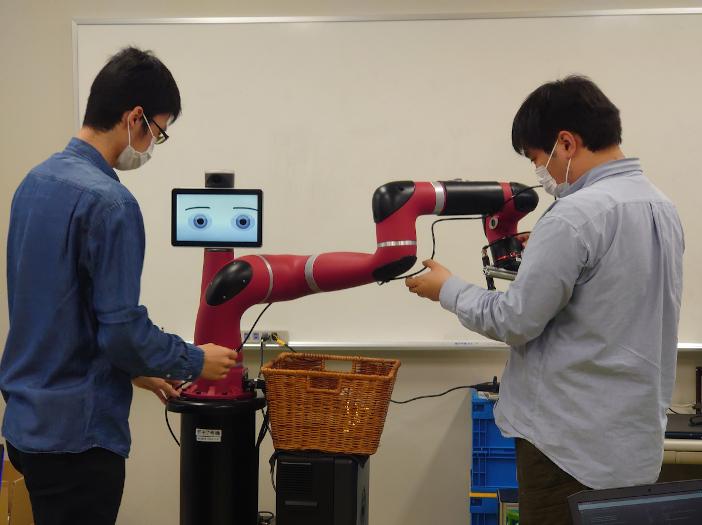 出村研究室に設置された協働型ロボット「Sawyer」
