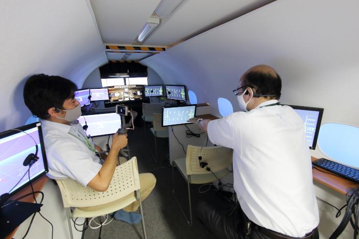 飛行機胴体部分の機内シミュレータ(内部)。コクピットのシミュレータと接続し、実機搭乗実習をシミュレートできる環境となっています