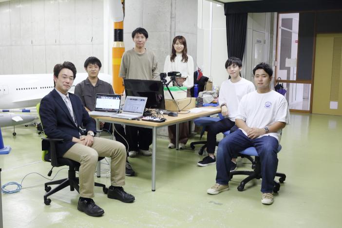 プログラムに参加した学生。左から内山佳惟さん、阿部薫平さん、日下部侑汰さん、清水日和琳さん、奥本怜一郎さん、荒木成雅さん