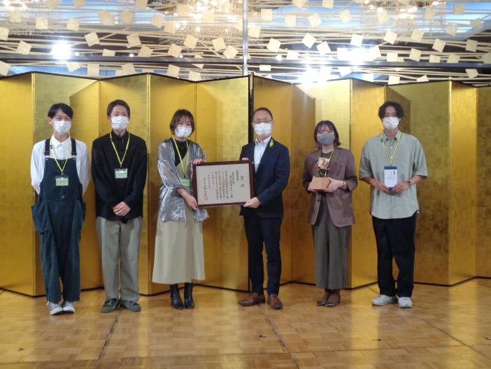 金沢市長の山野氏から賞状を授与された、最優秀賞の宮下研究室Bチーム